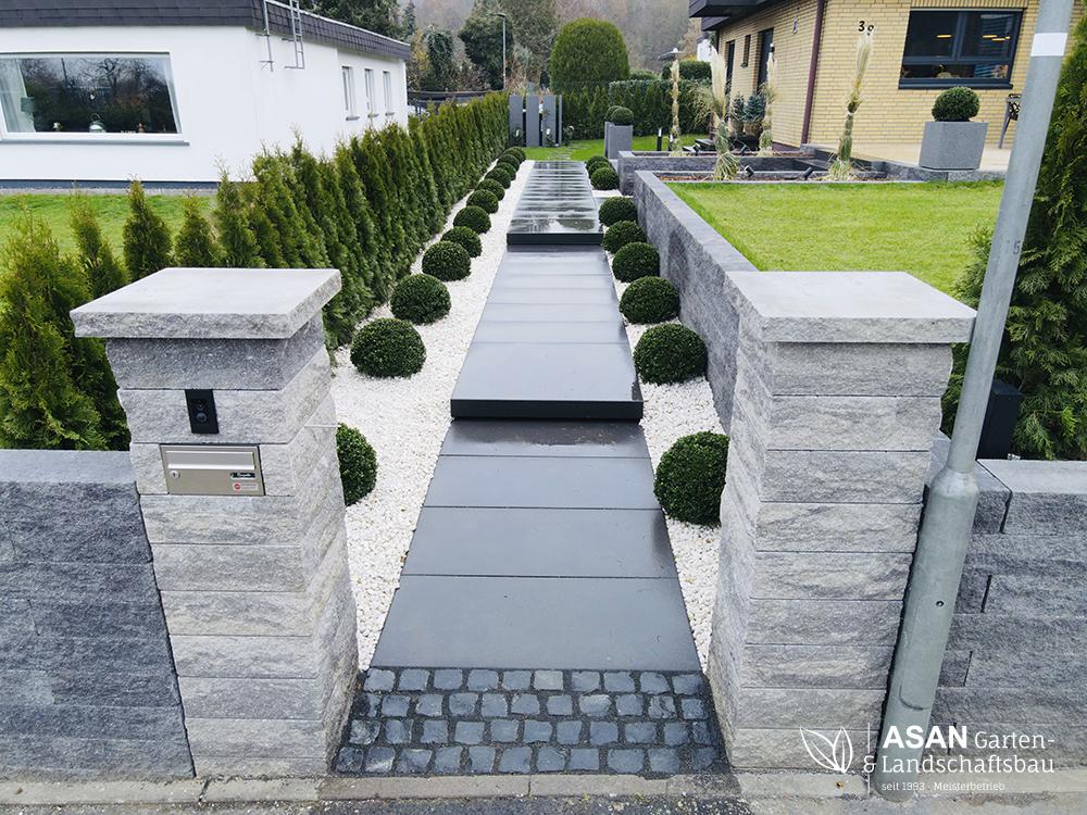 Asan Garten- und Landschaftsbau - Projektbeispiel Nr. 8 (Bild Nr. 1) Gartenbau Giessen: Hof und Vorgarten